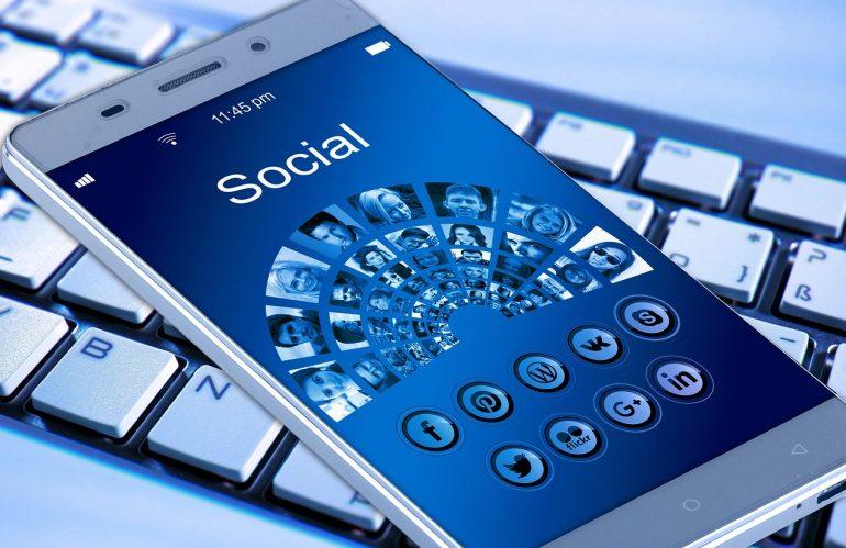 Influenceur de médias sociaux ou célébrité, quelle option pour lancer votre marque ?
